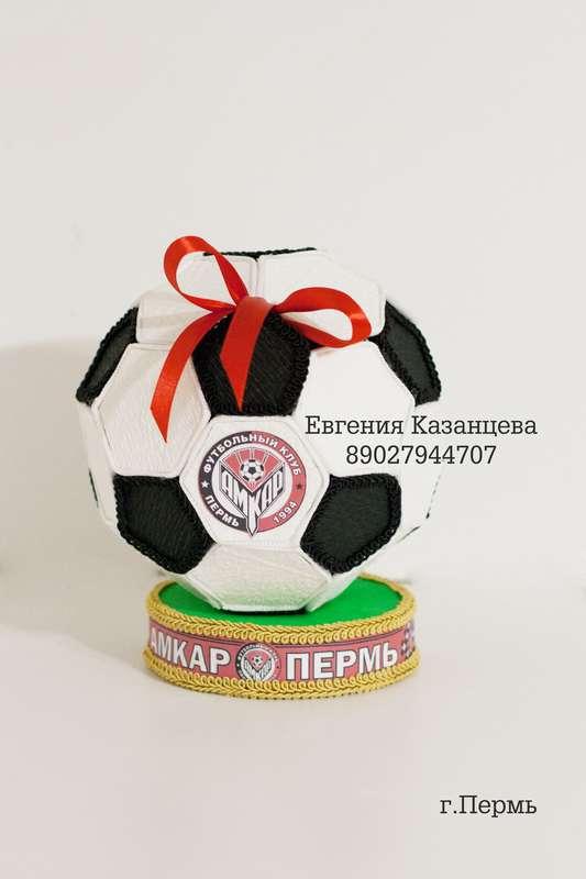 Мяч из конфет для юного футболиста